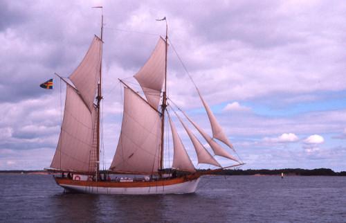 ALBANUS med alla segel satta och den åländska flaggan i topp.